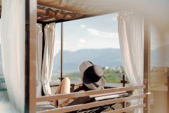 Frau entspannt in der Sonne (Hotel Golserhof)