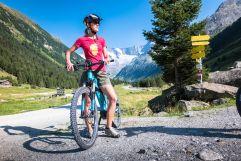Frau erkundet Umgebung mit E-Bike (Tourismusverband Krimml)