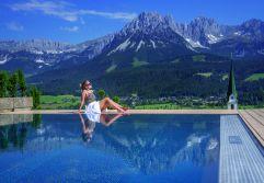 Frau genießt den Ausblick vom Outdoorpool (c) Markus Auer (Hotel Kaiserblick)