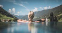 Frau genießt einzigartigen Ausblick im Sky Pool (c) Manuel Kottersteger (Wellnessresort Amonti & Lunaris)