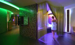 Frau genießt Wellnesstag im asam SPA (Hotel Asam)
