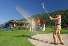Frau und Männer beim Golfpsielen (Wanderhotel Gassner)