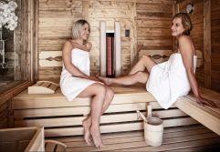 Frauen genießen wohltuenden Saunaaufenthalt in der chaleteigenen Privatsauna (c) Prechtlgut