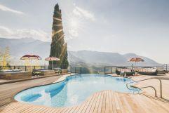 Freibad im Sommer mit Liegebereich (Hotel Ansitz Golserhof)