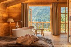 Freistehende Badewanne im Schlafzimmer des Berg-Chalets (Benglerwald Berg Chaletdorf)