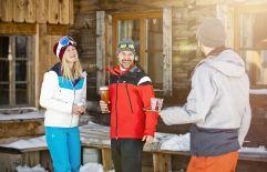 Freunde bei der Skihütte im St. Johann Alpendorf (c) MirjaGeh.com