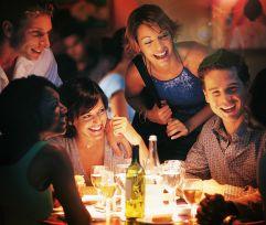 Freundesgruppe beim Essen (AVIVA)