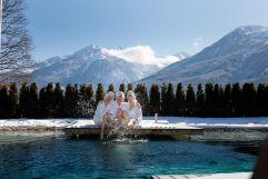 Freundinnen genießen den Winter im Hotel Gassner bei traumhafter Bergkulisse (Hotel Gassner)