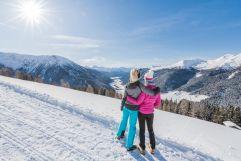 Freundinnen genießen verschneiten Ausblick beim Winterwandern (c) wisthaler.com (Hotel Quelle Nature Spa Resort)