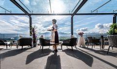 Freundlicher Service auf der Terrasse im Christof (c) Helmuth Rier (winzerhotels)