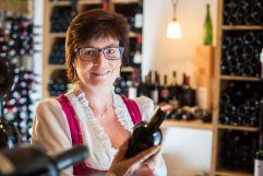 Frieda Klausner im Weinkeller des Klausnerhofs