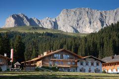 Frontansicht im Sommer mit Bergpanorama (Tirler-Dolomites Living Hotel)