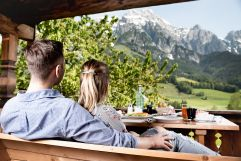Frühstück mit Ausblick im Chalet (c) Peter Kuehnl (PURADIES Hotel & Chalets)
