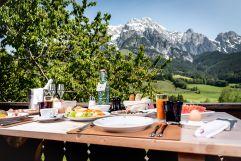 Frühstück mit Bergpanorama genießen (c) Peter Kuehnl (PURADIES Hotel & Chalets)