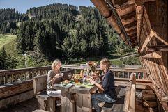 Frühstück mit herrlicher Aussicht auf die Bergwelt (Bergdorf Prechtlgut)