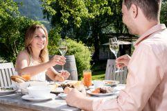 Frühstück zu zweit im Freien (c) Peter Kuehnl (PURADIES Hotel & Chalets)