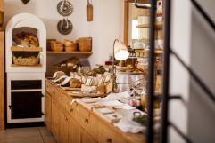 Frühstücksbuffet mit selbstgebackenem Brot (Hotel Tann)