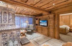 Fürstensuite mit traditionellem Holzmobiliar im Hotel Trofana Royal