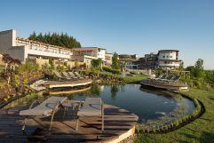 Gartenanlage mit Liegebereich am Koiteich (c) Bernhard Bergmann (Hotel Larimar)