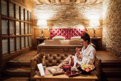 Gast genießt Cocktail im SPA Bereich (c) P. Langwallner (Hotel Zürserhof)