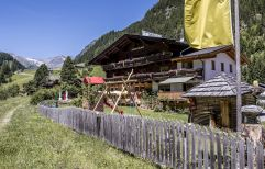 Gasthof im Sommer mit Spielgarten (Alpengasthof Zollwirt)
