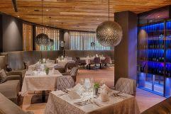 Gedeckte Tische im Restaurant (c) Filippo Galluzzi (Wellnessresort Amonti & Lunaris)