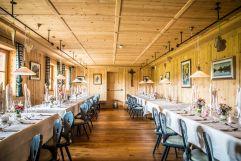 Gedeckte Tische in der Stube (Tirler-Dolomites Living Hotel)