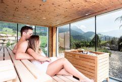Gemeinsame Saunazeit (c) Peter Kuehnl (PURADIES Hotel & Chalets)