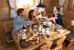 Gemeinsames Familienfrühstücks im Chalet (c) Fotostudio Wälder (Alpzitt Chalets)