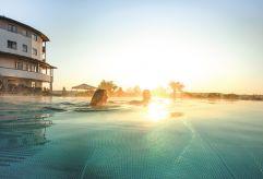 Gemeinsames Schwimmen im Infinity-Sportpool (c) Bernhard Bergmann (Hotel Larimar)
