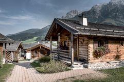 Gemütliche Chalets im Sommer (c) Peter Kuehnl (PURADIES Hotel & Chalets)