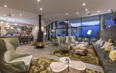 gemütliche Lobby-Bar im Hotel Schenna Resort