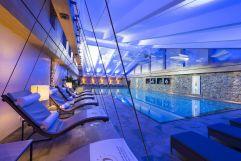 Gemütliche Ruheschaukeln am Sportschwimmbecken (c) Hubert Bernard (Hotel Peternhof)