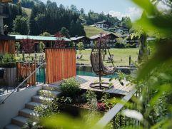 Gemütliche Sitzgelegenheit beim Naturbadeteich im Hotel MorgenZeit (c) Youngmedia