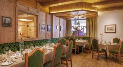 Gemütliche Stube mit eingedeckten Tischen (Hotel Kaiserblick)
