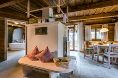 Gemütlicher Innenbereich mit Kachelofen (c) www.guenterstandl.de (Hüttenhof - Wellnesshotel und Luxus-Bergchalets)
