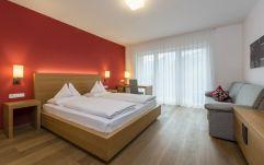 gemütliches Schlafzimmer (c) Hannes Niederkofler Photography (Wanderhotel Vinschgerhof)