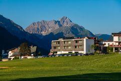 Genuss und Aktivhotel Sonnenburg mit Blick auf den Widderstein (c) Werner Krug (Genuss und Aktivhotel Sonnenburg - Kleinwalsertal Hotels)