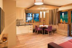 Geräumiger Essbereich der Komfort Suite mit Esstisch und Balkon (Alpinhotel Berghaus)