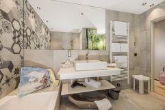 Geräumiges Bad in den neuen Suiten (c) Jan Hanser (Alpina Zillertal)