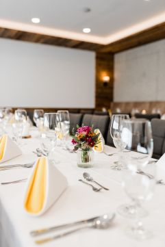 Geschmackvolle Tischdekoration (c) Thomas Haberland (Hotel Traumschmiede und Gasthof zur alten Schmiede)