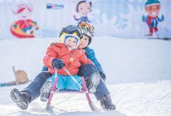 Geschwisterpaar beim Schlittenfahren (c) Rotwild (Olang)