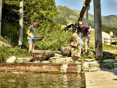 Goldwaschen bei traumhaften Sommerwetter (c) MAYA Inspiranto (Tourismusverband Rauris)