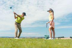 Golflehrer zeigt den perfekten Abschlag (c) Jochen Ziffels (Hotel Traumschmiede)