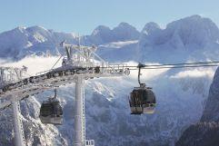 Gondeln mit Bergpanorama (Bergbahnen Dachstein West)