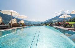 Großzügiger Outdoorpool mit Bergpanorama (c) www.360perspektiven.at (alpina zillertal)