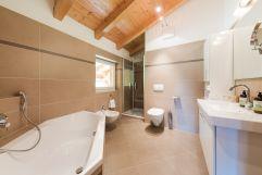 Großzügiges und modernes Badezimmer (Naturhotel Rainer)