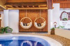Hängesessel zum Relaxen am Indoorpool (Parkhotel Burgmühle)