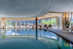Hallenschwimmbad mit Panoramafenster (c) Daniel Demichiel (Hotel Sun Valley)