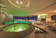 Hallenschwimmbad mit Whirlpool und stimmungsvoller Beleuchtung (c) Klaus Peterlin (Hotel Sun Valley)